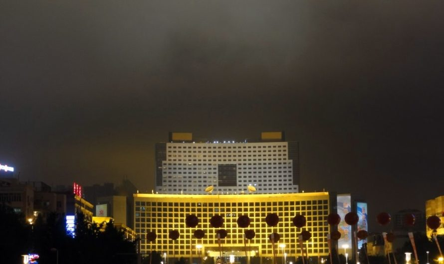 Вечерний фейерверк на площади 4го мая в Циндао