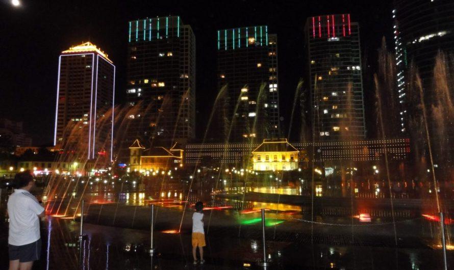 Светомузыкальный фонтан на набережной в Янтае