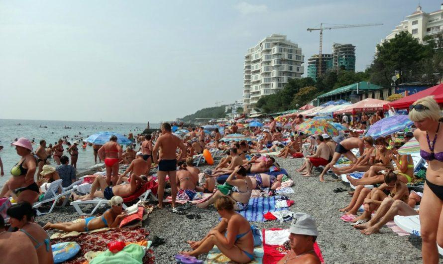 Отдых и купание на Приморском пляже в Ялте